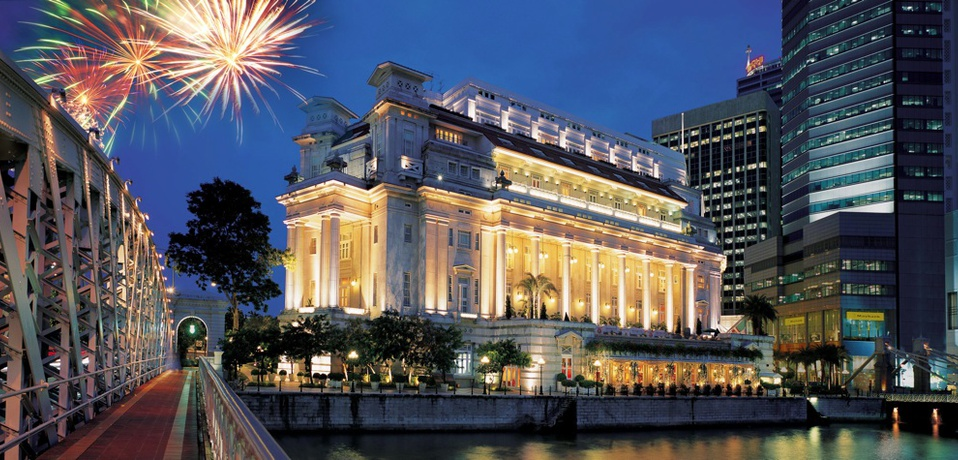 Facade_from_the_Singapore_River_night_-_The_Fullerton_Hotel_Singapore9c160a