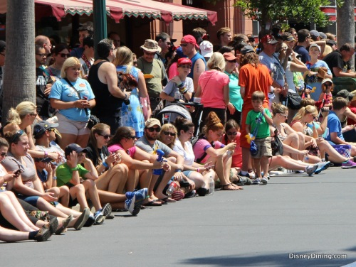 crowd-waiting-for-star-wars-motorcade-walt-disney-world1