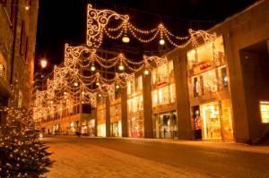 ENGADIN St. Moritz: Beleuchtete Einkaufsstrasse in St. Moritz