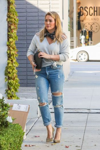 hilary-duff-in-ripped-jeans-courtesy-of-hawtcelebs-com-the-luxe-lookbook